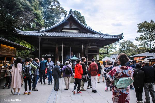 Dòng người tấp nập thắp hương cầu may tại một đền trong ngôi chùa.