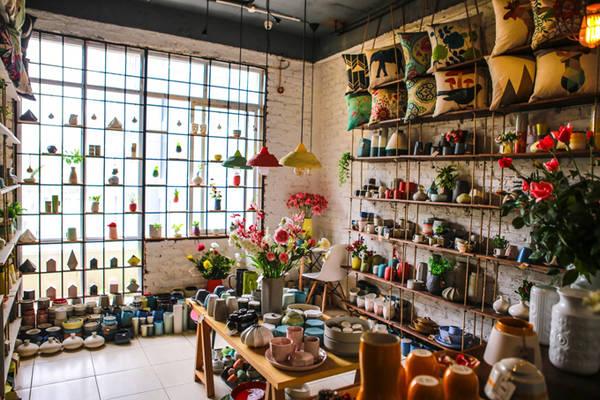 """Nằm ở một góc xinh xắn tại tầng hai là một tiệm gốm chuẩn """"Made in Việt Nam"""" với những hình dáng và màu sắc độc đáo. Với sự nở rộ của các tiệm gốm Nhật bản khắp nơi tại Hà Nội, tiệm gốm này vẫn nhất quán theo phong cách Việt Nam chính hiệu."""
