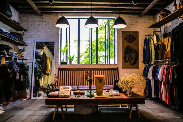 Ngoài ra, còn có một cửa hàng bán đồ nam với phong cách bụi bặm, phá cách. Nơi các bạn có thể tìm thấy quần áo và phụ kiện cho các biker, các rock fan và người ưa style tự do, khác biệt như denim, vintage.