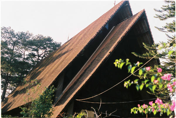 Nhà thờ Cam Ly hay còn gọi là nhà thờ Sơn Cước (đường Nguyễn Khuyến, phường 5, TP Đà Lạt) vừa cổ kính vừa mang trong mình câu chuyện riêng.
