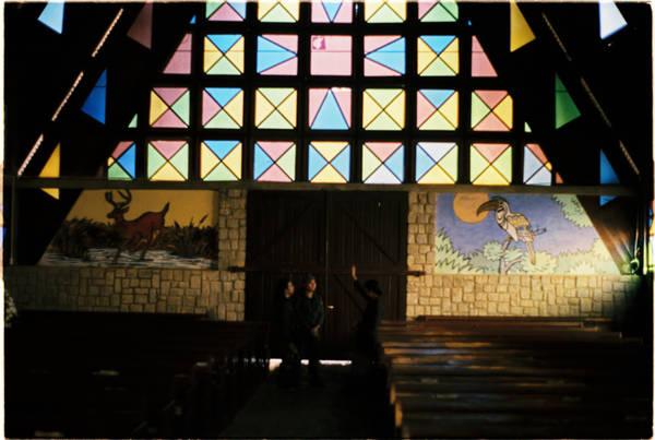 Khi bước vào trong nhà thờ, bạn sẽ nhận thấy tràn ngập màu sắc với hình tam giác và hình chữ nhật. Người ta quan niệm hình tam giác tượng trưng cho Yàng - đấng tối cao của đồng bào, cũng là chúa Jesus. Hình vuông là quan niệm vũ trụ, trái đất là trung tâm và mọi thứ xoay quanh Trái đất.