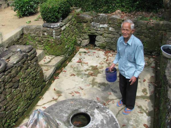 Làng cổ Lộc Yên nổi tiếng là chốn tiên cảnh tại Nam Trung Bộ. Bước vào ngôi làng, điều đầu tiên gây ấn tượng là những ngõ đá hẹp rêu phong, cổ kính dẫn vào nhà cổ. Ảnh: Khánh Hiền.