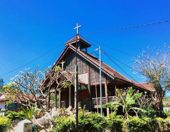 Bước vào làng K'Tu là đến với những nếp nhà sàn, nhà rông cổ kính, mang kiến trúc đặc trưng của dân tộc Ba Na. Bên cạnh đó còn là những nhà thờ thiêng liêng, độc đáo. Ảnh: Ngduong/Instagram.