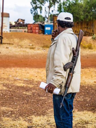 Bảo vệ mang súng AK47 ở Eritrea  Có gì tại đất nước khó xin visa nhất thế giới o quoc gia kho xin thi thuc nhat the gioi co gi ivivu 14