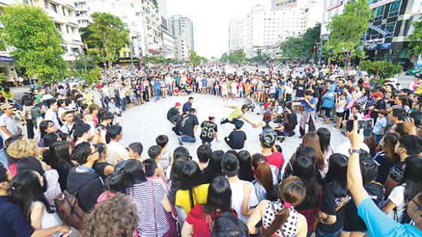 Một nhóm nhảy freestyle biểu diễn trên phố đi bộ Nguyễn Huệ, Q.1, TP.HCM thu hút đông đảo người xem - Ảnh: Quang Định