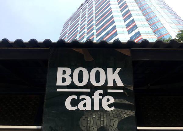 Bạn cũng có thể vào quán cà phê sách để vừa nhâm nhi một ly cà phê, vừa đọc quyển sách mới mua.