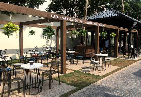 Quán cà phê được thiết kế mở, khá thân thiện và phù hợp với cảnh quan.