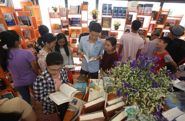 Mỗi gian hàng tuy hơi nhỏ nhưng có khá nhiều đầu sách và thu hút khá đông người vào tham quan cũng như mua hàng.