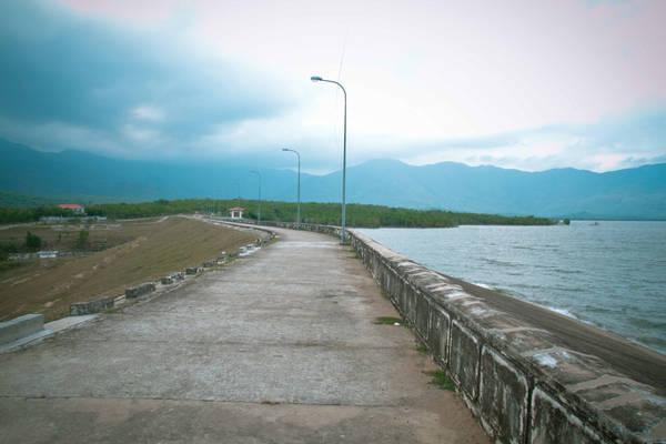 Nơi này là đập hồ chứa nước Song Sắt Ninh Thuận nằm trên QL27B, một bên là hồ, bên còn lại là núi đồi trùng điệp.