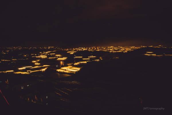 """Đi qua hết đèo Ngoạn Mục, chúng tôi vượt đèo D'Ran trong đêm để đến trung tâm thành phố Đà Lạt. Lúc này """"thiên đường ánh sáng"""" hiện ra khi chuẩn bị vào trung tâm thành phố."""