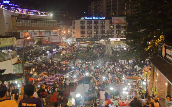 Lúc này là 22h30, chợ đêm vẫn rất đông đúc. Sau khi dạo một vòng chợ, cả đám kéo nhau đến quán lẩu bò Batoa tương đối nổi tiếng ở Đà Lạt để thưởng thức trước khi về homestay nghỉ ngơi.