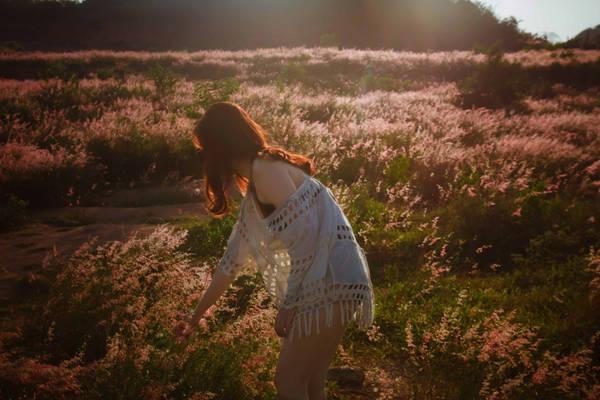 Sáng hôm sau, Bình Ba không làm một ai thất vọng bởi vẻ đẹp quá sức lôi cuốn. Từ đường lên dốc, bạn có thể ngắm Hòn Rùa - một điểm du lịch hấp dẫn. Lên thêm chút nữa, bạn sẽ ngạc nhiên bởi có một đồi cỏ hồng thơ mộng như tại Đà Lạt.