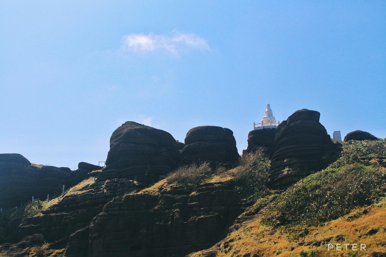 Rời Mộ Thầy, tôi và anh bạn lên chùa Linh Sơn, leo lên ngắm tượng phật.