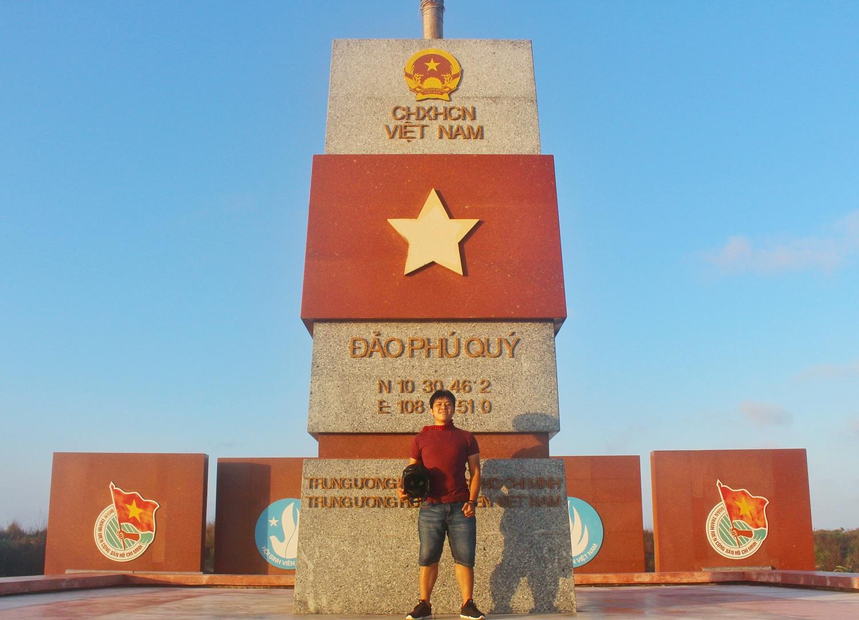 Cột cờ trên đảo Phú Quý.