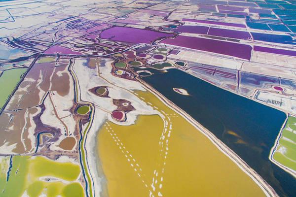 """Hồ được mệnh danh là """"Biển Chết"""" của Trung Quốc, gồm hai khu vực tắm nổi và một khu tắm bùn trên tổng diện tích khoảng 132 km2."""