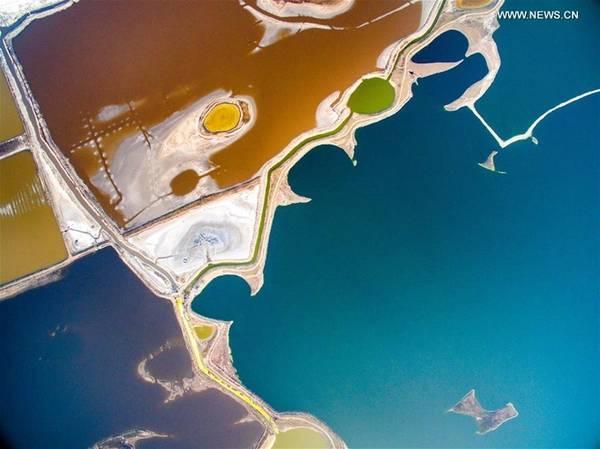 Với nồng độ muối cao, du khách có thể thả nổi trên hồ. Một trải nghiệm thú vị nữa chính là tắm bùn. Bùn đen trong hồ muối chứa nhiều khoáng chất rất tốt cho sức khỏe con người và có tác dụng làm đẹp da.