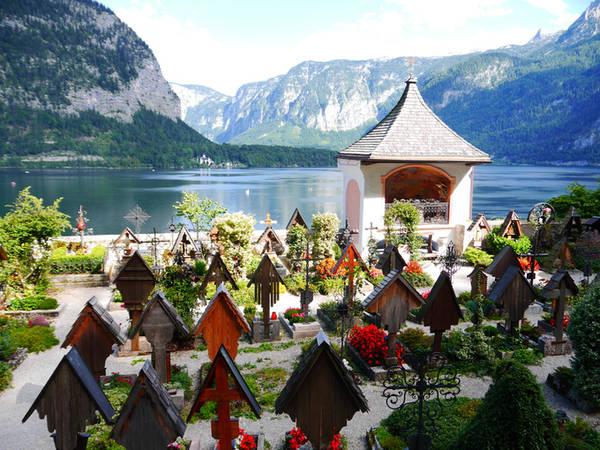 Bạn cũng đừng quên ghé thăm nghĩa trang nằm ngay giữa làng. Khi đến đây, nhìn những ngôi mộ được chăm sóc cẩn thận tựa vào lưng núi, hướng ra hồ nước; quả thật, đúng nghĩa là yên nghỉ ở thiên đường. Ở đây còn có hẳn một căn hầm lưu giữ các hàng trăm bộ xương người.