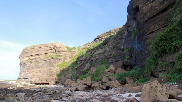 Một điểm trầm tích núi lửa khác trên con đường từ Hang Câu đến Chùa Hang - Ảnh: Trần Mai