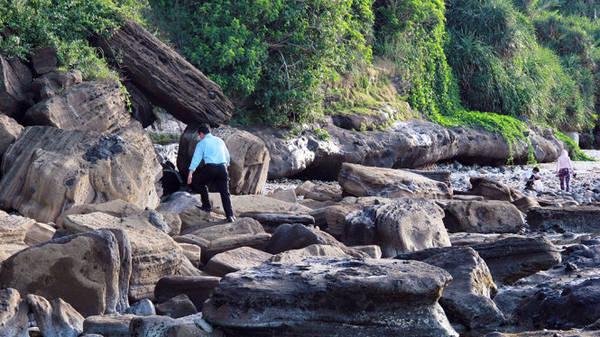 Một bãi đá rất đẹp, với tảng đá chồng lên hai tảng đá khác - Ảnh: Trần Mai
