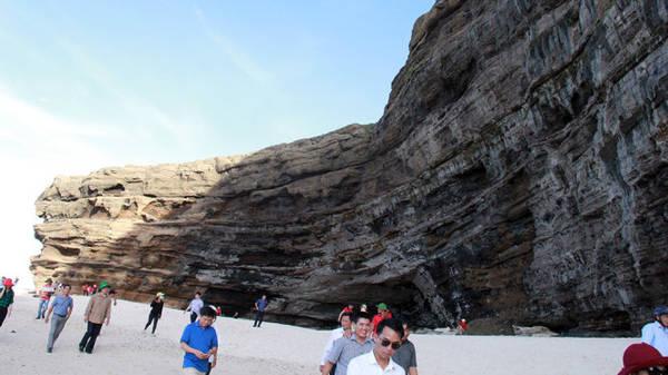 Bức tường thành triệu năm này chỉ duy nhất ở Hang Câu - Ảnh: Trần Mai