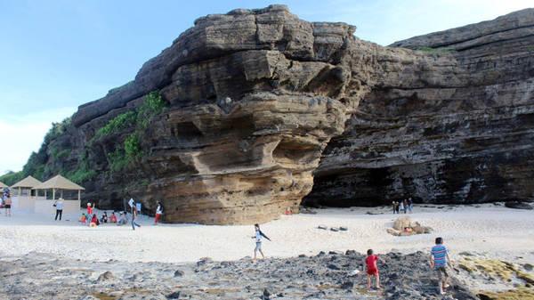 Trung tâm danh thắng Hang Câu là một bãi đá hình tháp ngược - Ảnh: Trần Mai