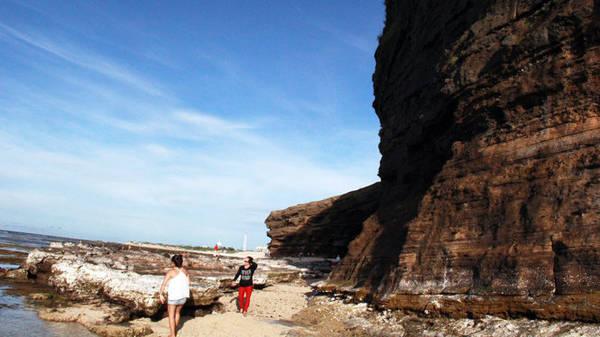 Đá ngay trên đầu, đá ở dưới chân, đá ngoài sóng nước - Ảnh: Trần Mai