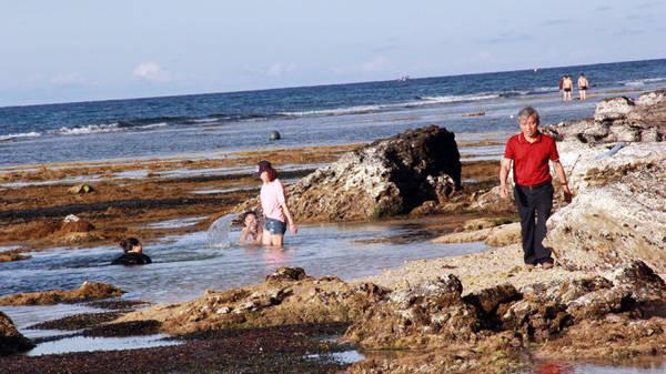 Những hồ nước được tạo nên sau cả triệu năm là nơi thích hợp để tắm biển - Ảnh: Trần Mai