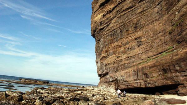 Nhìn bức tường đá này có cảm giác như một chú King Kong đang nhìn ra biển - Ảnh: Trần Mai