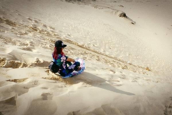 Những đồi cát ở đây cao chừng 100 m, có độ dốc thoai thoải, rất phù hợp để chơi trượt cát. Dịch vụ cho thuê ván trượt chưa có nên du khách cần chuẩn bị các loại bìa cứng để trải nghiệm. Ảnh: yoon_tjna