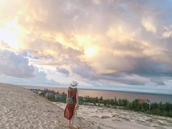 Đồi cát nằm ngay cạnh biển và một số hồ nước, tạo vẻ đối lập ấn tượng cho những bức ảnh check-in. Ảnh: camellia.81