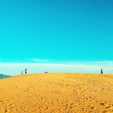 Theo người dân địa phương, không chỉ vân cát mà màu cát cũng thay đổi theo từng giờ trong ngày. Khi nắng hay ráng chiều, cát ánh lên màu vàng rực. Ảnh: kangphamm