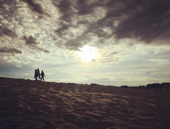 Xung quanh đồi cát Quang Phú còn một số đồi cát khác như đồi cát Nhân Trạch, Bàu Trưng. Các công ty du lịch đã đưa khách đến đây trải nghiệm. Ảnh: nghiemthien2302