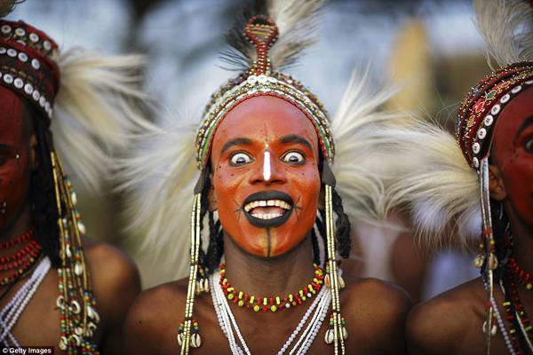 Bộ tộc Wodaabe: Bộ tộc này sống du canh du cư ở Niger, Nigeria, Cameroon, Chad... Cuối mỗi mùa mưa gần hồ Chad, người Wodaabe tổ chức Cure Salee - lễ hội của dân du mục. Hoạt động nổi bật nhất của lễ hội là cuộc thi sắc đẹp của các chàng trai. Họ mặc trang phục lộng lẫy nhất, trang điểm và đeo trang sức, đứng chờ các cô gái đánh giá. Răng và tròng mắt trắng được ca ngợi, do đó những người tham dự thường cố gắng cười hết cỡ. Ảnh: Daily Mail.