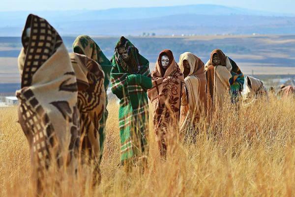 Bộ tộc Xhosa, Nam Phi: Khi đến tuổi trưởng thành, nam thanh niên tộc Xhosa sẽ phải trải qua một nghi lễ khắc nghiệt. Trước hết, họ sẽ được cắt bao quy đầu theo phương pháp truyền thống, sau đó phải rời khỏi làng với khuôn mặt bôi đất sét trắng, trùm chăn và đem theo ít đồ dùng thiết yếu. Họ phải sống trong khu dành riêng cho nghi lễ này và tự xoay xở trong hai tháng. Khi trở về, các chàng trai được công nhận là người trưởng thành và nhận một chiếc chăn mới. Ảnh: Voices of Africa.