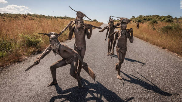 Bộ tộc Chewa: Sống rải rác ở Zambia, Zimbabwe, Malawi và Mozambique, bộ tộc này vẫn theo phương thức mẫu hệ từ xa xưa. Trong đó, tài sản và đất đai được truyền từ mẹ sang con gái. Tuy nhiên, đàn ông vẫn nắm quyền hành trong bộ tộc. Ảnh: CNN.