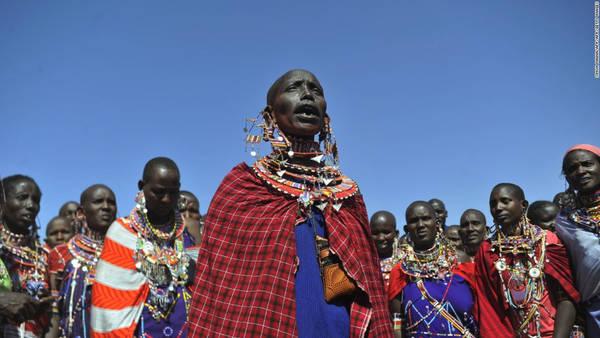 Bộ tộc Maasai, Đông Phi: Nước bọt là một phần quan trọng trong đời sống của người Maasai ở Đông Phi. Loại dịch cơ thể này được coi là phước lành, tinh hoa của con người và việc nhổ nước bọt lên người khác là lời ban phước. Khi trẻ con ra đời, người trong bộ tộc sẽ nhổ nước bọt lên chúng để cầu mong chúng có cuộc sống may mắn. Khi có người đi xa, các bô lão sẽ nhổ lên đầu họ để chúc họ bình yên, an toàn. Ảnh: CNN.