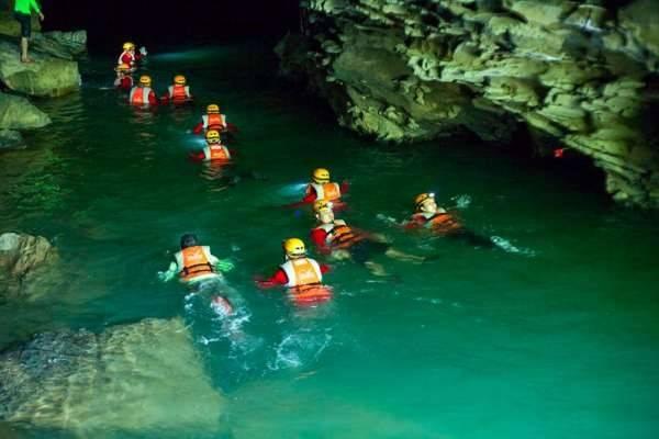 Bơi trong hang là một trải nghiệm vô cùng thú vị. Ảnh: Oxalis.