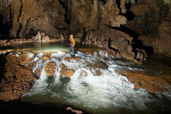 Trải nghiệm trong long hang Tú Làn sẽ khiến bạn không thể nào quên. Ảnh: Oxalis.