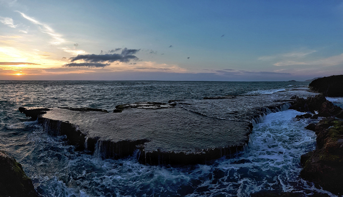 Biển Ninh Chữ, Ninh Thuận trong một chiều hoàng hôn, sóng vỗ rì rào. Đây là một trong những bãi biển đẹp nhất ở miền Trung, thu hút đông đảo du khách trong và ngoài nước. Ảnh: Anton Đạt.