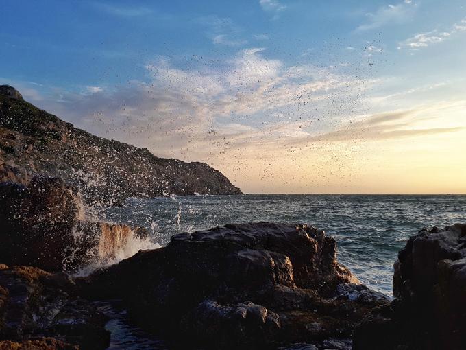 Dưới ống kính của nhiếp ảnh gia Anton Đạt, nước biển ở Ninh Chữ xanh trong, lung linh dưới ánh nắng mặt trời. Những con sóng bạc đầu vỗ nơi gành đá tung bọt trắng xóa mang đến vẻ đẹp yên bình, ngọt ngào và lãng mạn.