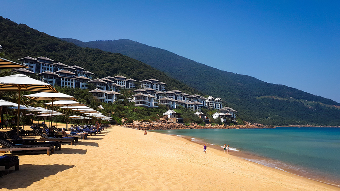 Bờ biển dài với cát trắng, nắng vàng và dòng nước xanh màu ngọc bích là những nét rất đặc trưng của biển Việt Nam. Ảnh: Minh Hòa