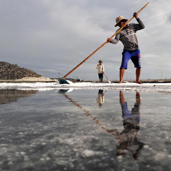 Những hình ảnh đặc trưng về người dân miền biển chất phác cũng lọt vào con mắt của các nhiếp ảnh gia. Giữa cái nắng gay gắt ban trưa, hình ảnh người nông dân cào muối in bóng xuống mặt nước trên bờ biển thật đẹp. Ảnh: Anton Đạt.