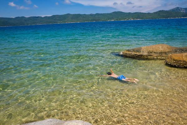 Nước biển trong xanh và khá tĩnh lặng, thích hợp cho việc bơi lội thỏa thích. Cách bờ 10 m có những bãi san hô tự nhiên. Bạn nên chuẩn bị kính lặn, áo phao để có thể tận hưởng hết vẻ đẹp của san hô nơi đây.
