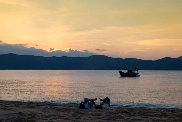 Tuy là đảo hoang, xung quanh Hòn Lớn là bè cá và các khu du lịch đang phát triển ngày càng rầm rộ. Đảo cũng chịu ảnh hưởng xấu từ rác thải sinh hoạt, rác du lịch trôi dạt vào bờ. Mọi người nên ý thức dọn dẹp rác khi vui chơi và xung quanh khu vực cắm trại. Anh chủ tàu khuyến khích chở các loại rác thải không đốt được về đất liền.