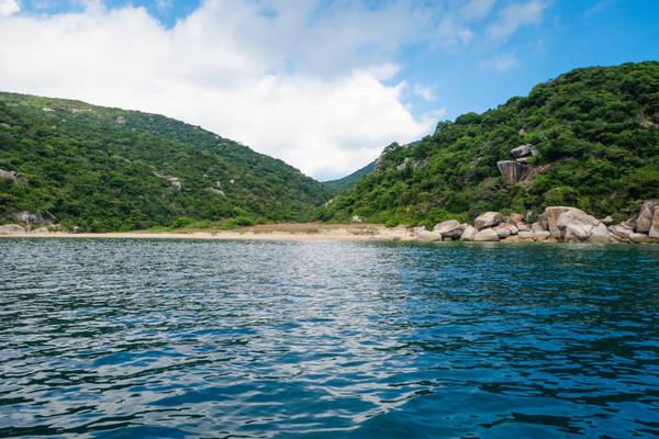 Đảo Hòn Lớn có một bên là vòng eo cát biển mềm mại làm nơi neo đậu cho tàu thuyền, ba bên còn lại là những vực đá sắc và khá hiểm trở.