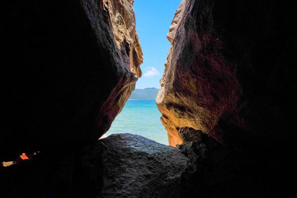 Đảo có chiều dài 14,2 km, chiều ngang chỗ rộng nhất 6 km. Diện tích của đảo khoảng 46 km2 với rừng núi xanh tươi quanh năm.