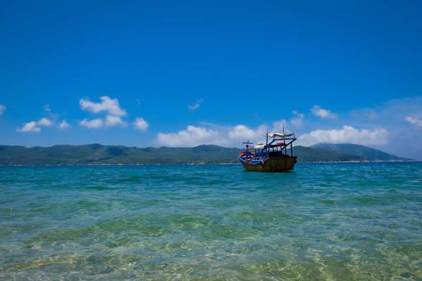Mất gần 3 giờ để đi từ đất liền ra đảo, quãng đường đi thuộc vịnh Vân Phong tương đối lặng gió nên chuyến ra khơi khá êm đềm và dễ chịu. Tàu cá nhỏ nhưng có đủ dù che nắng.