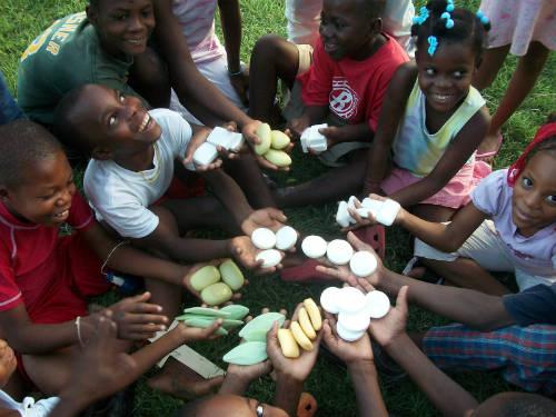 Trẻ em tại nhiều nơi gần như không có điều kiện dùng xà phòng. Ảnh: Clean the World.