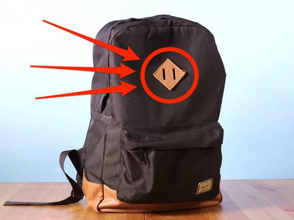 Bạn có thể xỏ một sợi dây xuyên qua phần giữa, và buộc đồ treo lên balo. Trường hợp này khá hữu dụng đối với loại đồ vật không để vừa bên trong túi, hoặc nếu bạn muốn giữ đồ ở trong tầm tay.