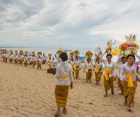 Tâm hồn Bali: Bali được biết đến là hòn đảo của các vị thần, bởi rất nhiều biểu tượng tôn giáo của người Hindu cổ ghi dấu trong cuộc sống hàng ngày của người dân địa phương. Văn hóa Bali tập trung vào sự cân bằng và hài hòa, được phản ánh trong nhiều lễ hội và nghi lễ tổ chức thường xuyên để bày tỏ lòng biết ơn với các vị thần Hindu. Nền văn hóa tốt đẹp thể hiện rõ nhất qua sự thân thiện và hiếu khách của người dân. Indonesia có hơn 18.000 hòn đảo, nhưng nền văn hóa của Bali giúp nó nổi bật hơn hẳn và trở thành điểm đến tuyệt vời.